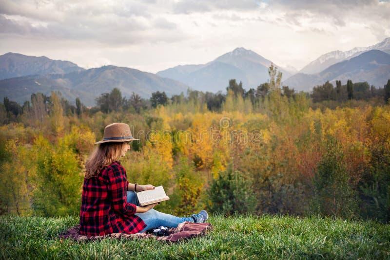 Женщина на пикнике осени стоковое фото