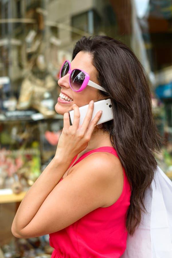 Женщина на покупках сотового телефона стоковое фото
