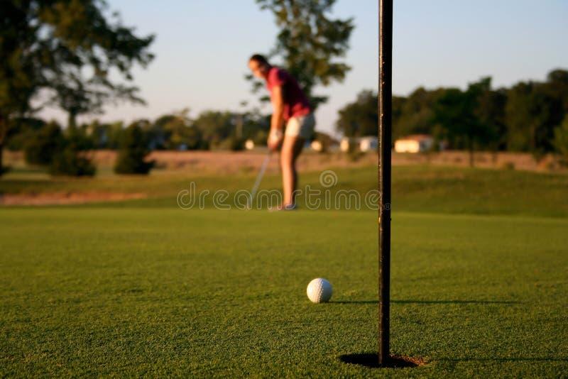 Женщина на поле для гольфа стоковые фотографии rf