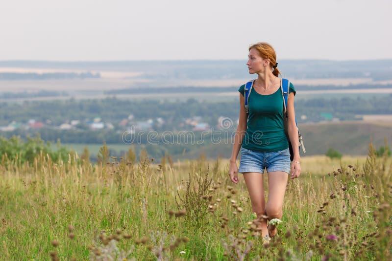 Женщина на поле осени стоковое изображение