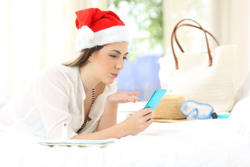 Женщина на праздниках рождества имея видео- звонок стоковое фото rf