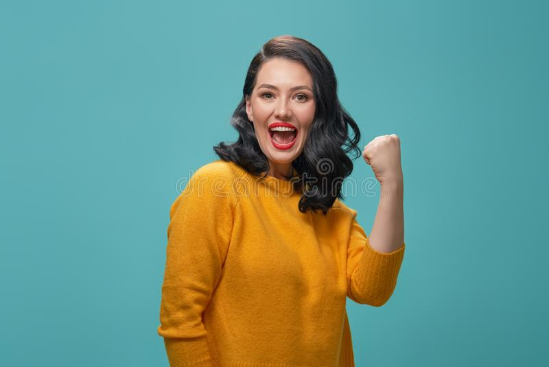 Женщина на предпосылке teal стоковое фото