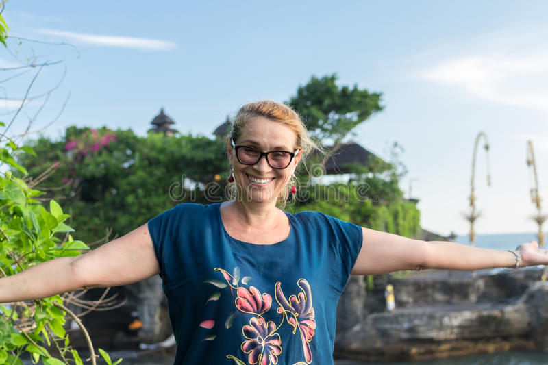 Женщина на предпосылке виска серии Pura Tanah, острова Бали, Индонезии стоковые фотографии rf