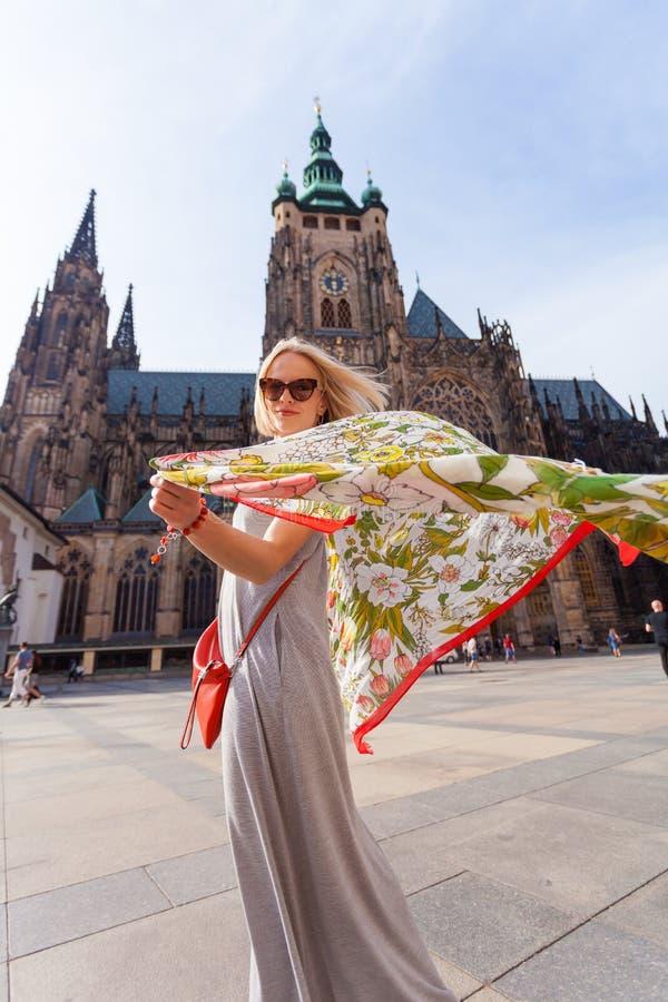 Женщина на предпосылке собора St Vitus, Прага путешественника, чехия стоковое изображение