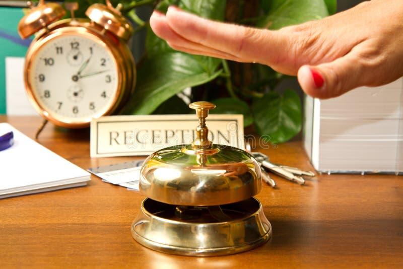Женщина на приеме гостиницы проверяя внутри стоковые изображения rf