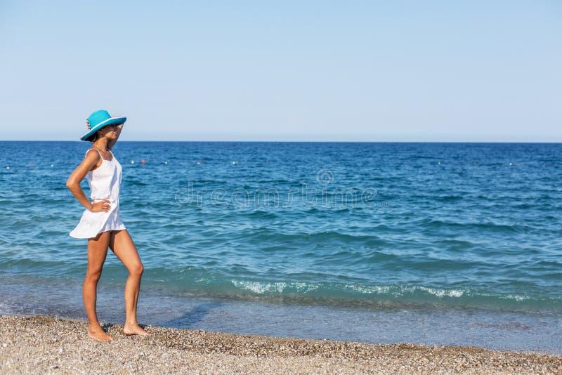 Женщина на пляже около края воды стоковые фотографии rf