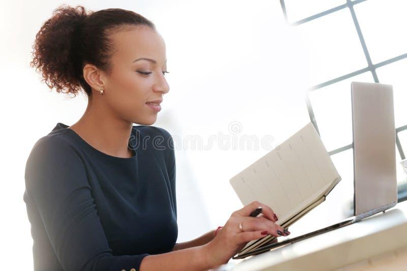 Женщина на работе стоковые фотографии rf