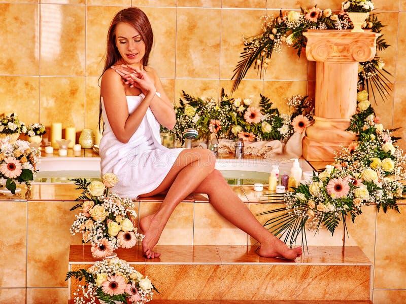 Женщина на роскошном курорте стоковое фото rf