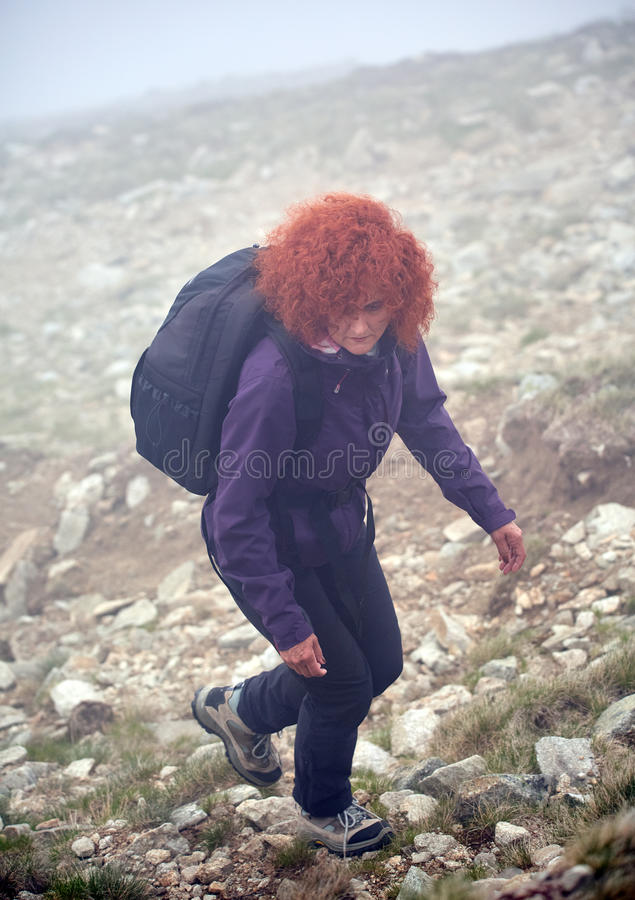 Женщина на следе через туман стоковая фотография rf