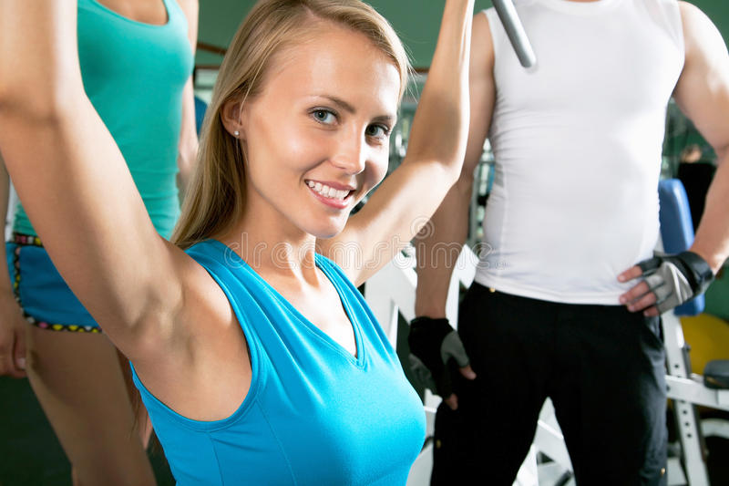 Женщина на спортзале Фитнес стоковые фото