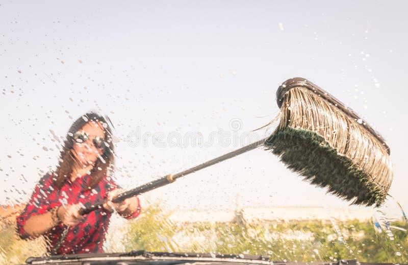 Женщина на станции мойки - взгляде внутренности стоковые фото
