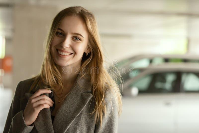 Женщина на стоянке стоковое изображение rf