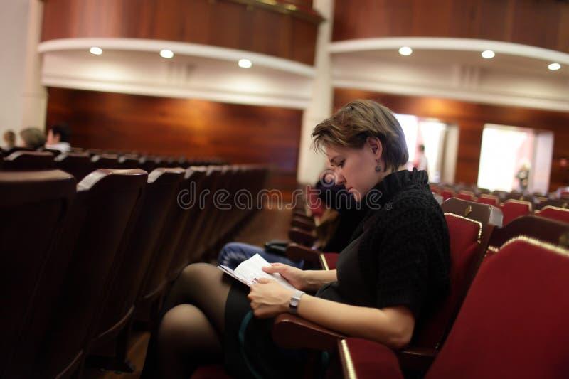 Женщина на театре стоковое изображение rf