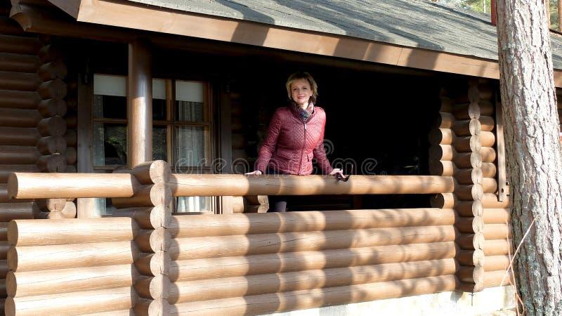 Женщина на террасе стоковая фотография rf
