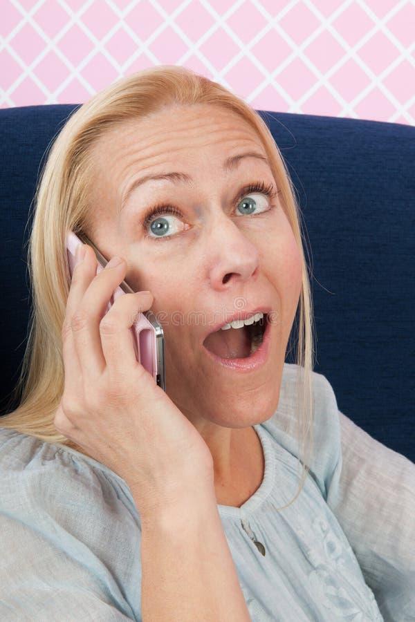Женщина на телефоне получая изумительные новости стоковые фотографии rf
