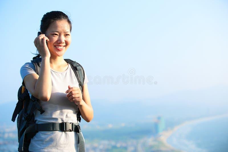 Женщина на телефоне стоковые изображения