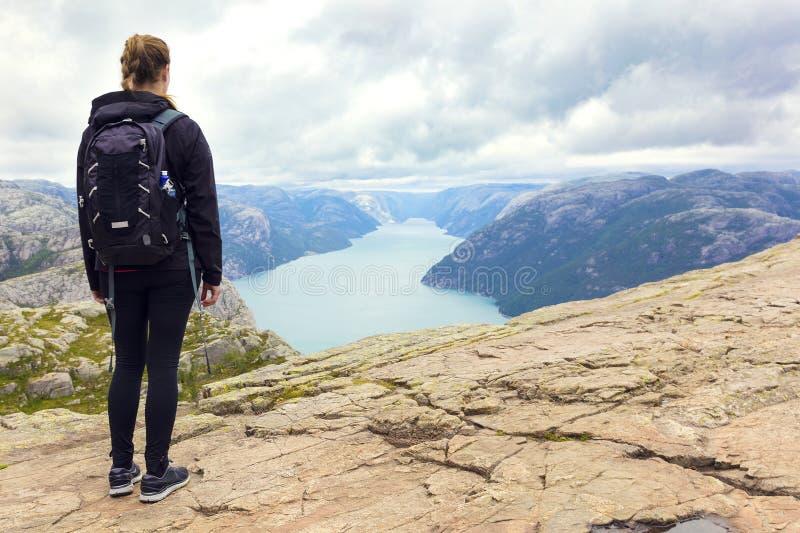 Женщина на утесе амвона внутри lysefjorden Норвегия стоковое изображение rf