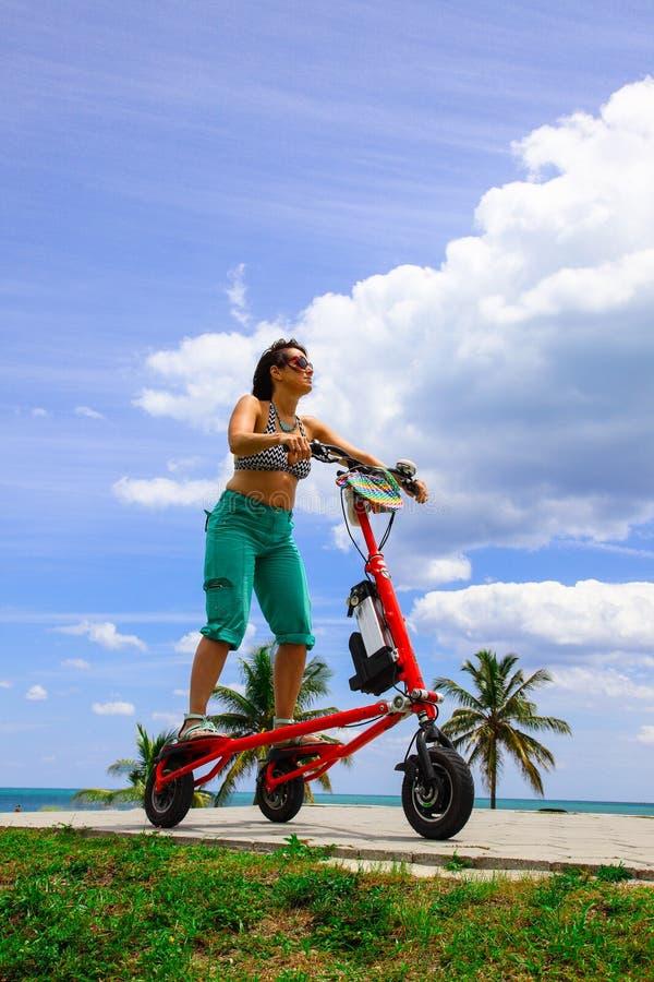Женщина на электрическом трицикле стоковая фотография rf