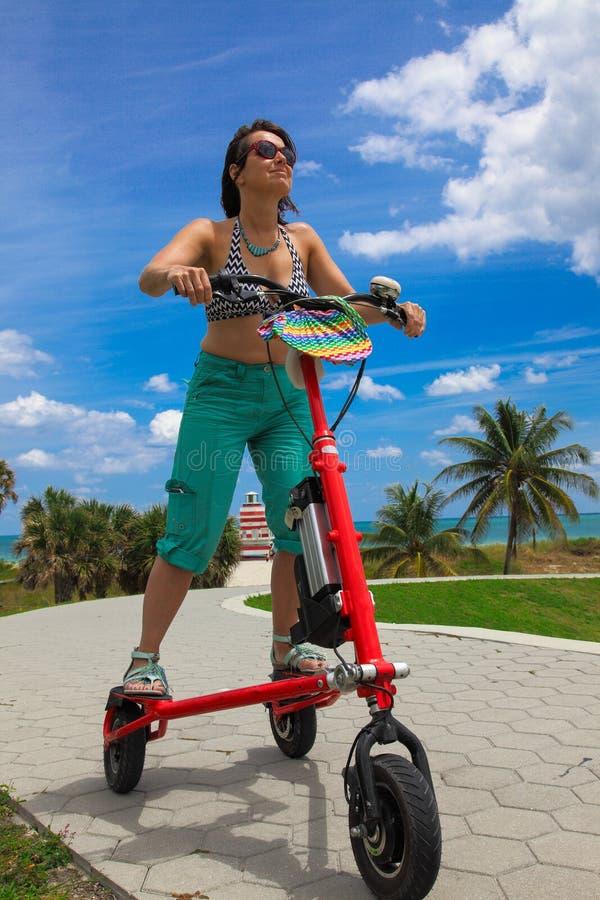 Женщина на электрическом трицикле стоковые изображения rf