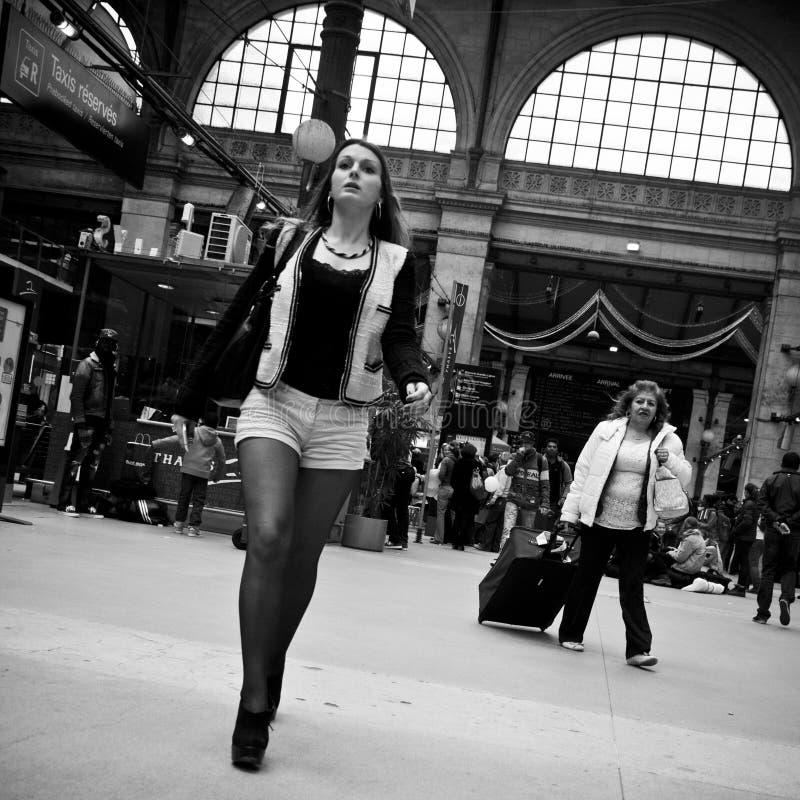 Женщина на gare du nord в Париже стоковые фото