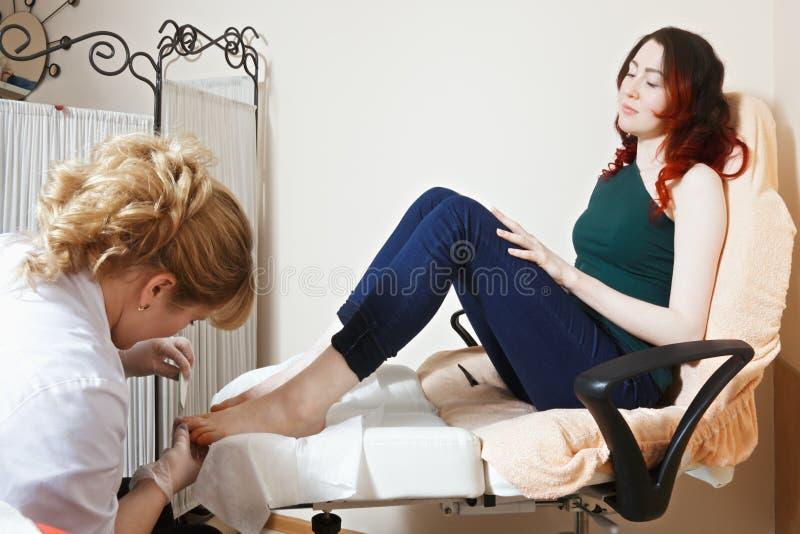 Женщина на pedicure стоковая фотография rf