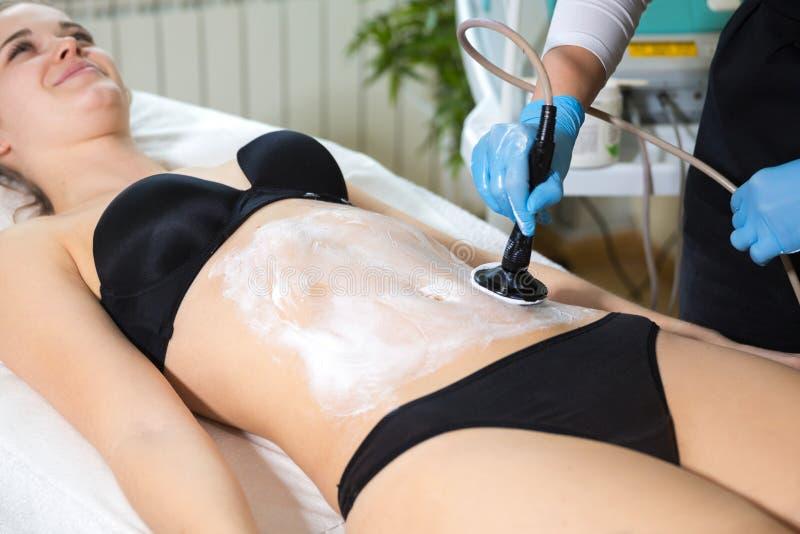 Женщина на ` s beautician получая терапию lavatron thermaslim стоковое фото rf