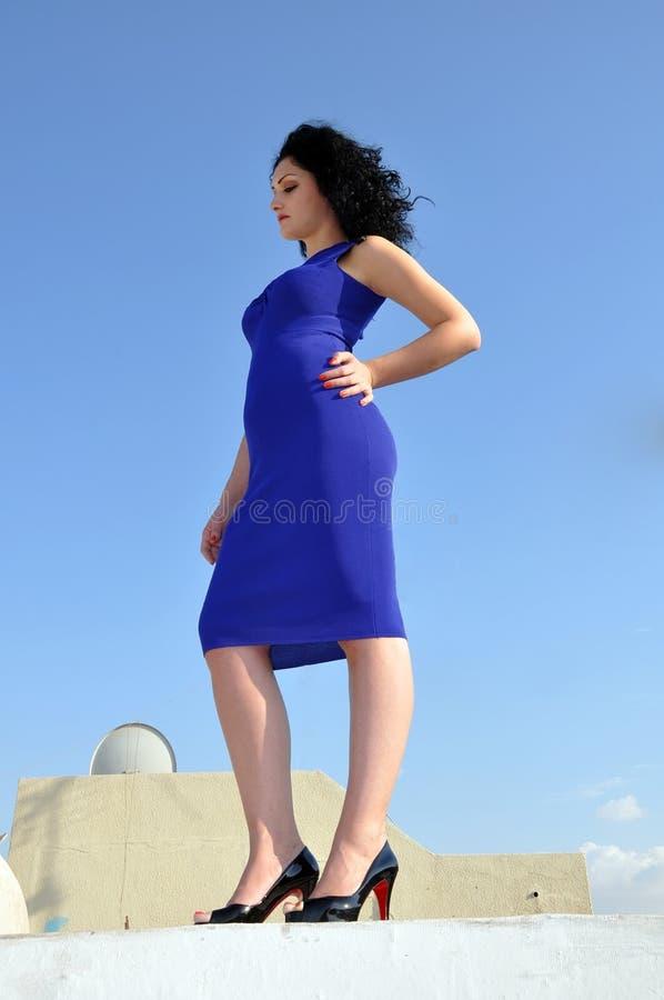 женщина неба портрета agains красивейшая голубая стоковое изображение rf