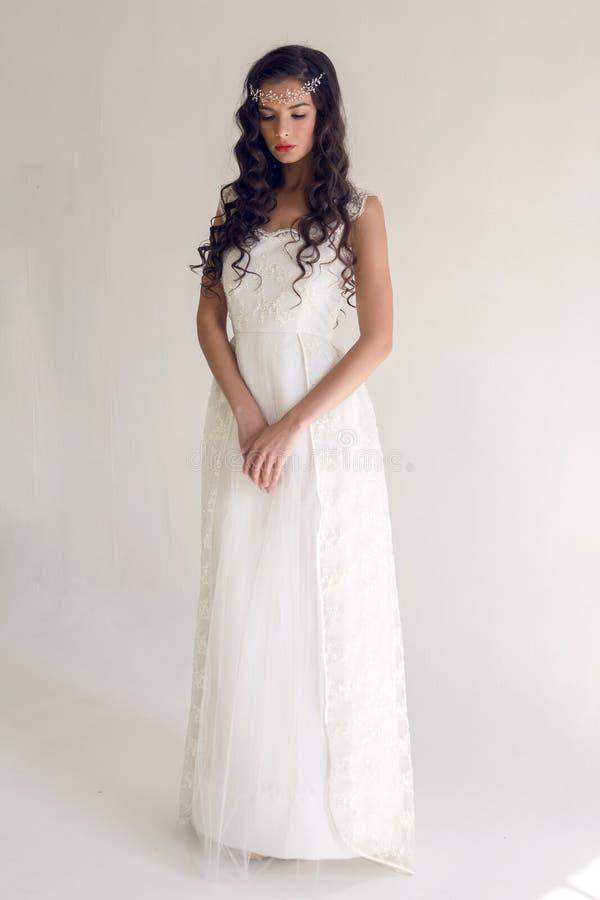 Женщина невесты красивая в платье свадьбы - стиле стоковые фото