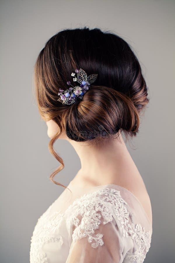 Женщина невесты с совершенным стилем причёсок, задней частью женщины стоковое фото rf