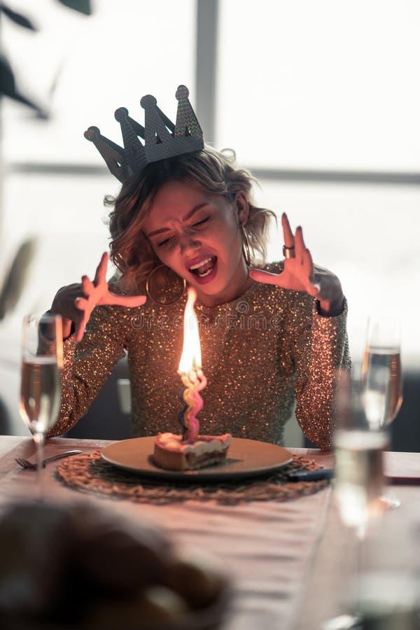 Женщина ненавидя все оставаясь самостоятельно на ее дне рождения стоковая фотография rf