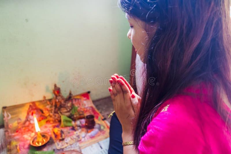 Женщина непальца моля с богом по случаю фестиваля Teej стоковое фото