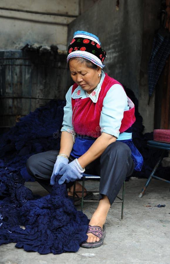 женщина несовершеннолетия батика bai этническая делая стоковые изображения