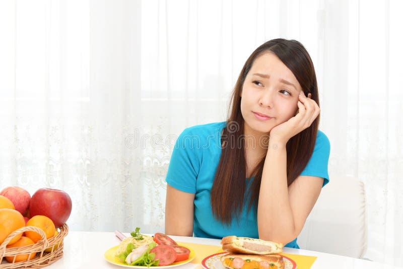 Женщина не имеет никакой аппетит стоковое фото