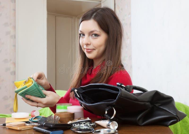 Женщина не может находящ что-нибыдь в сумке стоковая фотография