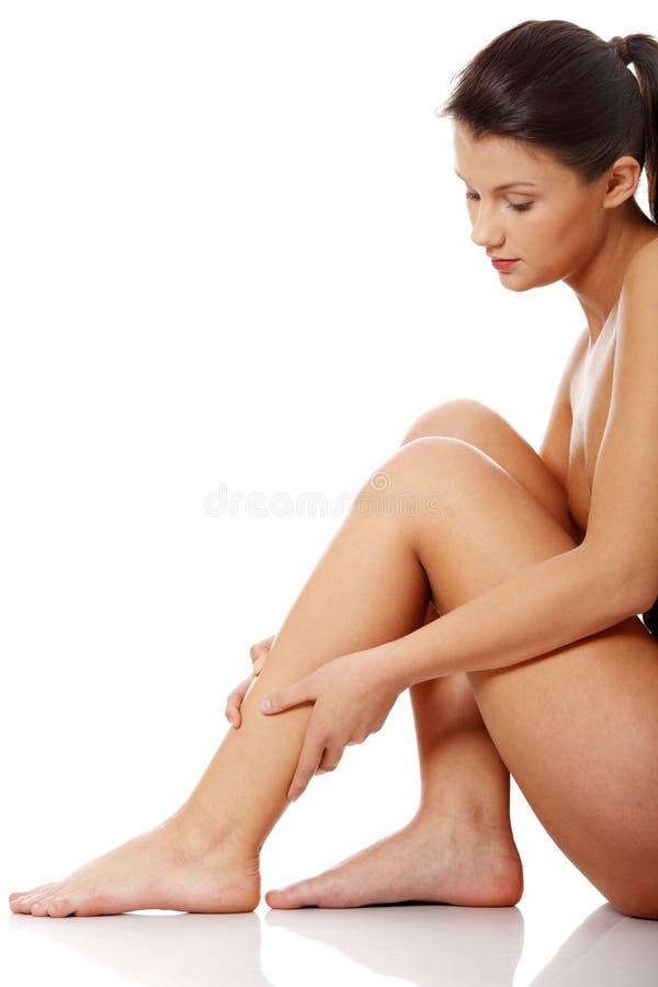 женщина ноги удерживания стоковые изображения rf