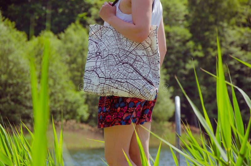 Женщина носит сумку tote стоковые изображения rf