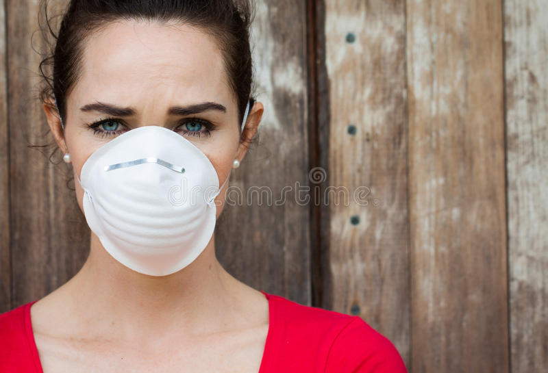 Женщина нося лицевой щиток гермошлема стоковое изображение rf