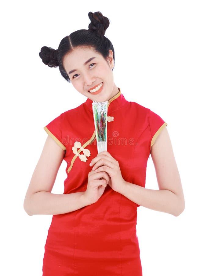 Женщина нося китайское платье cheongsam и держа китайский вентилятор стоковые фото