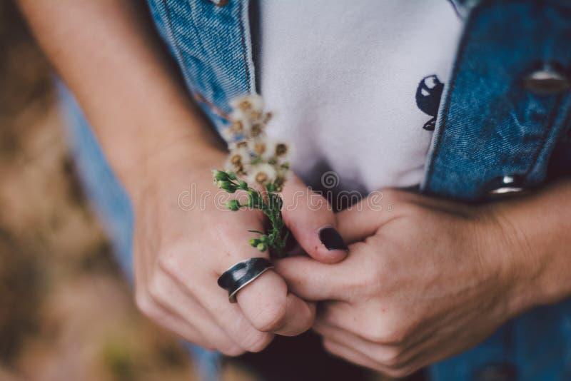 Женщина нося кольцо стоковые фото