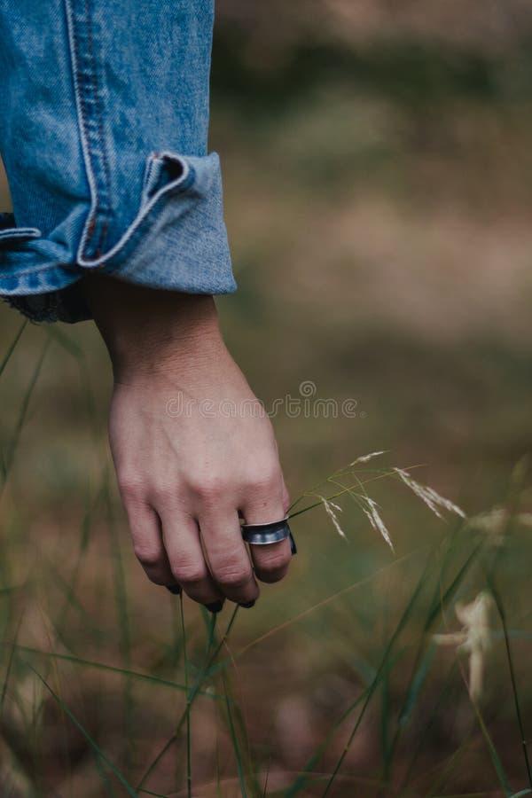 Женщина нося кольцо стоковая фотография rf