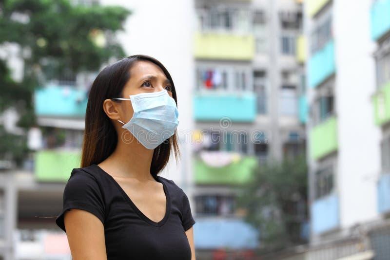 Женщина нося медицинский лицевой щиток гермошлема стоковые изображения rf