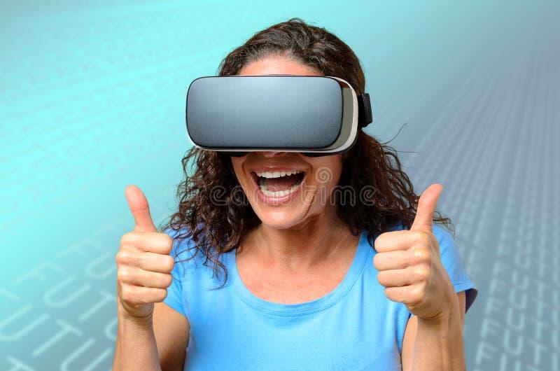 Женщина нося пару изумлённых взглядов виртуальной реальности стоковое фото