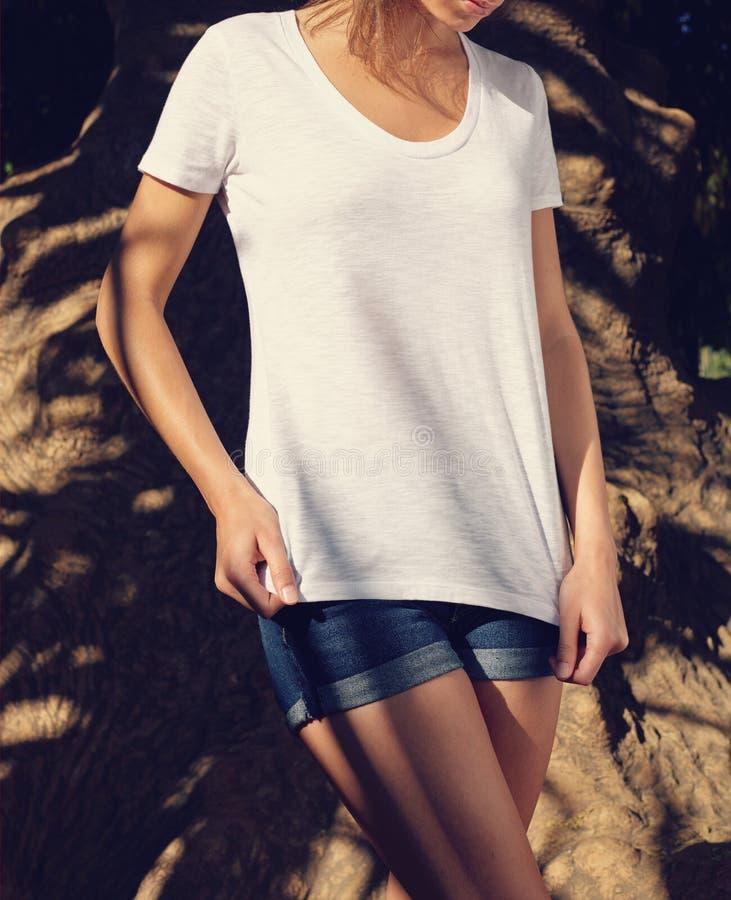 Женщина нося пустой белый жилет стоковая фотография
