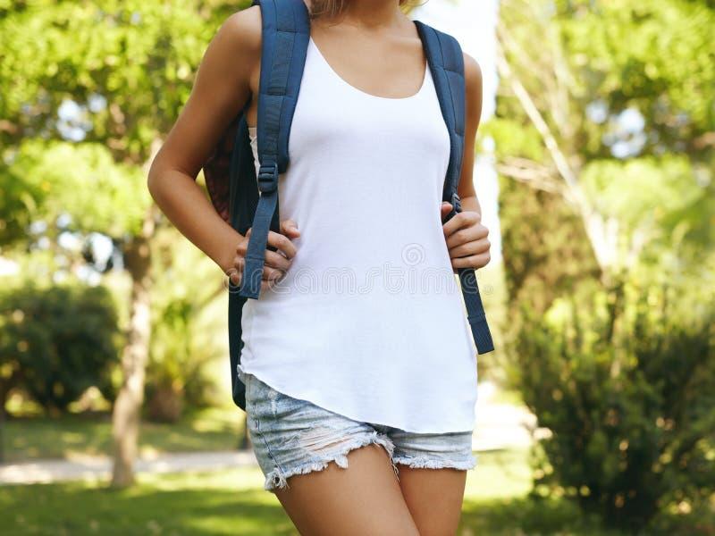 Женщина нося пустой жилет с рюкзаком стоковая фотография rf