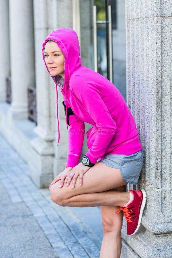Женщина нося розовую куртку стоковая фотография