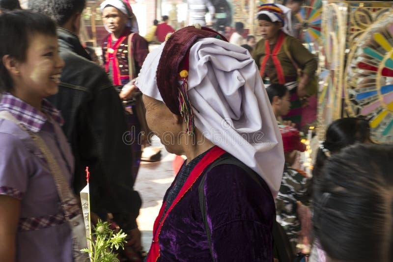 Женщина нося этнический бирманский головной шарф стоковые изображения