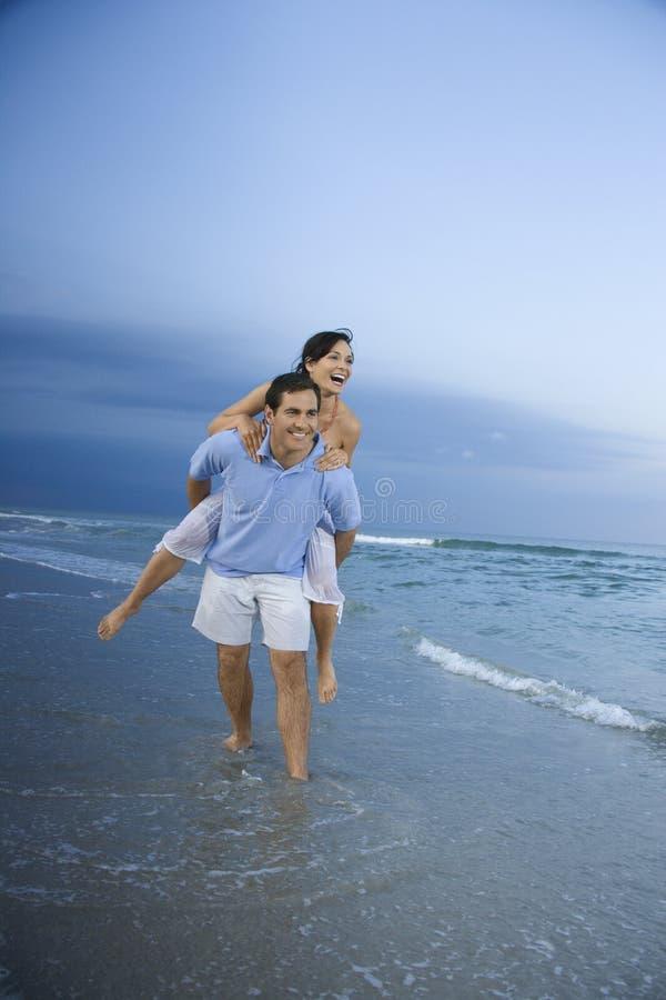 женщина нося piggyback человека стоковые изображения