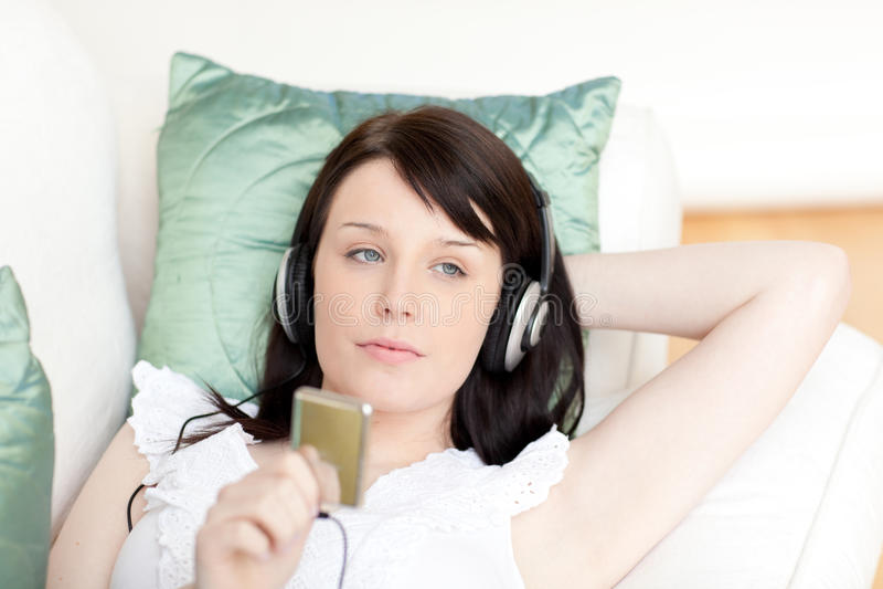 женщина нот наушников слушая стоковое изображение