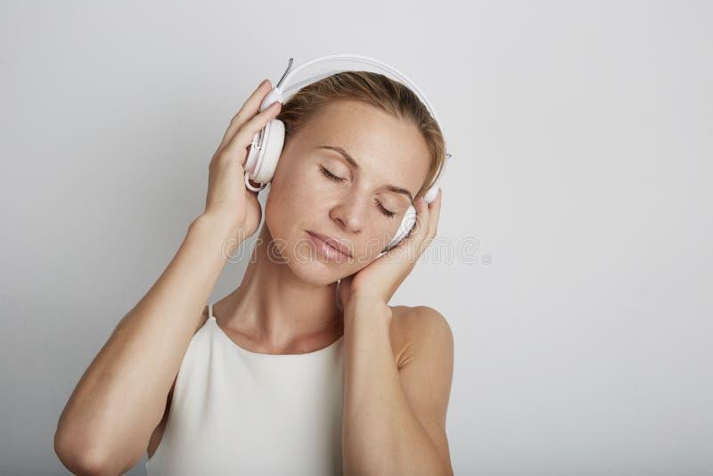женщина нот наушников слушая стоковые фотографии rf