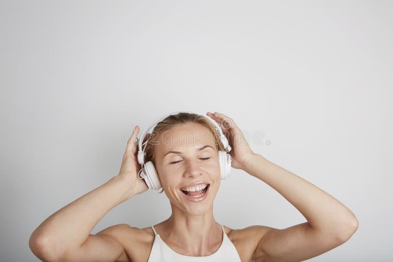 женщина нот наушников слушая стоковая фотография